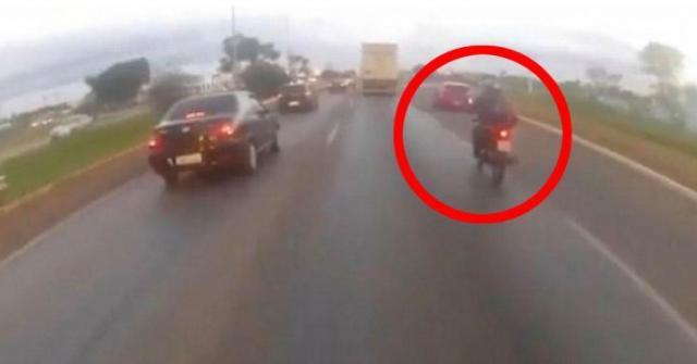 Un motard se fait tuer par un pneu qui se détache d'un camion sur L'autoroute.