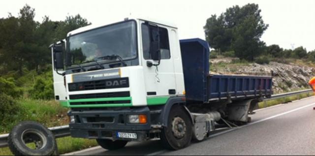 Un camion perd sa roue sur l'A55